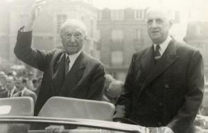 Si à Mourmelon C de Gaulle est en uniforme, il sera ensuite à Reims en civil. K Adenauer salue la foule dans un geste représentant pour lui le maximum de l'exubérance!
