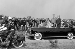 Escorte de motocyclistes militaires..et Général en uniforme.