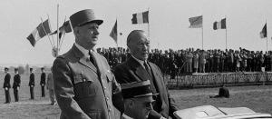 C de Gaulle en uniforme. Drapeaux français et allemands.