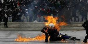 impact d'un coktail molotov sur un policier grec