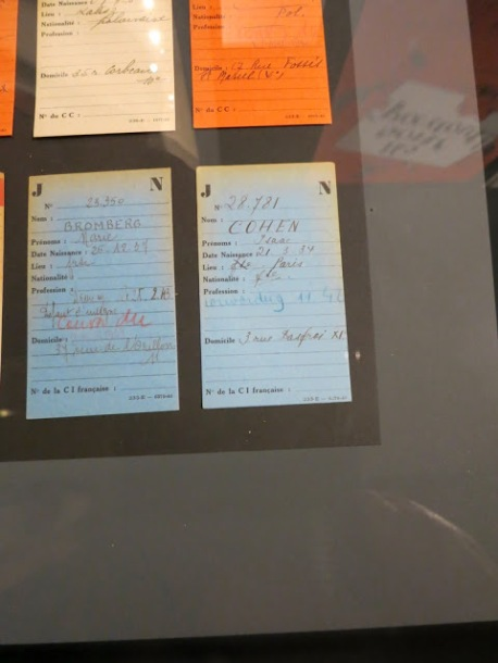 """Fichier Tulard. Les fiches bleues concernent les juifs français, comme indiqué à l'item nationalité """"Fse"""". Ces deux enfants ont bien été déportés, l'un pour défaut de port de l'étoile, l'autre"""