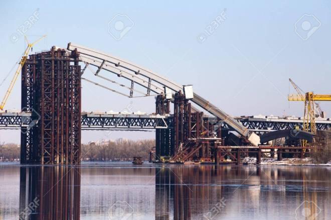18148434-La-construction-du-pont-sur-le-Dniepr-Kiev-Ukraine--Banque-d'images